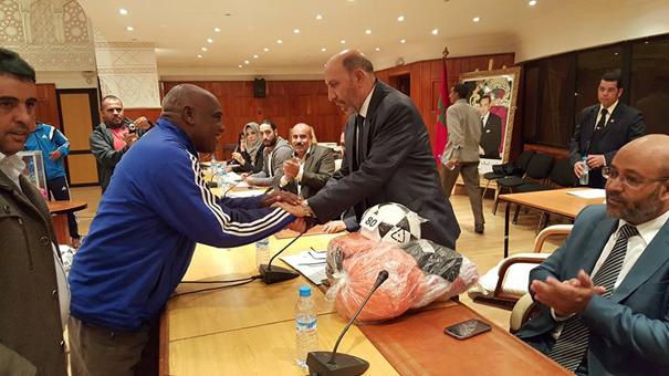 Le Maire de Marrakech Mohamed Larbi BELKAID, préside la cérémonie de couronnement des vainqueurs de la 4ème édition du tournoi des équipes de Foot de quartiers